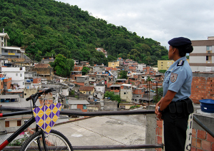 Policial da UPP observa o Morro dos Cabritos