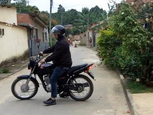 Carlos agora trabalha como moto-taxista com sua parte da indenização