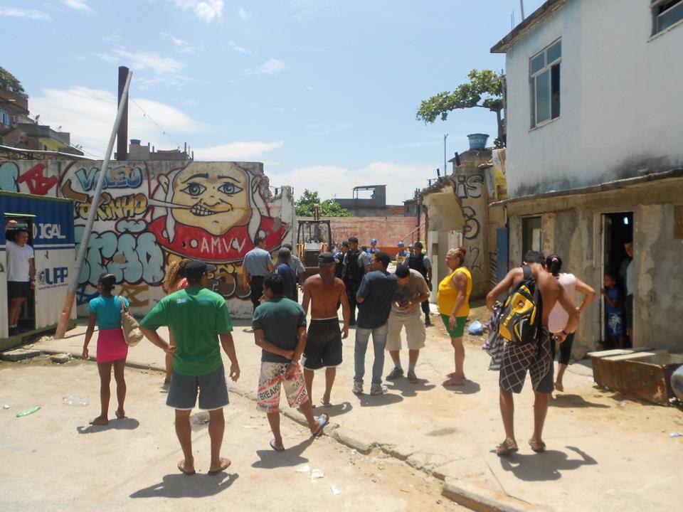 Residents block the demolition of the sports square in Vidigal