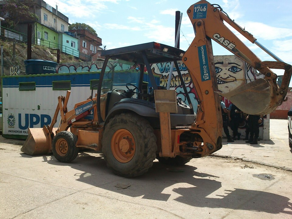 The backhoe loader arrived to demolish the playing field in Vidigal