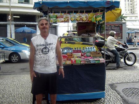 José Breno da Silva–borrowed a microloan from Vivacred for his roadside refreshments stand.