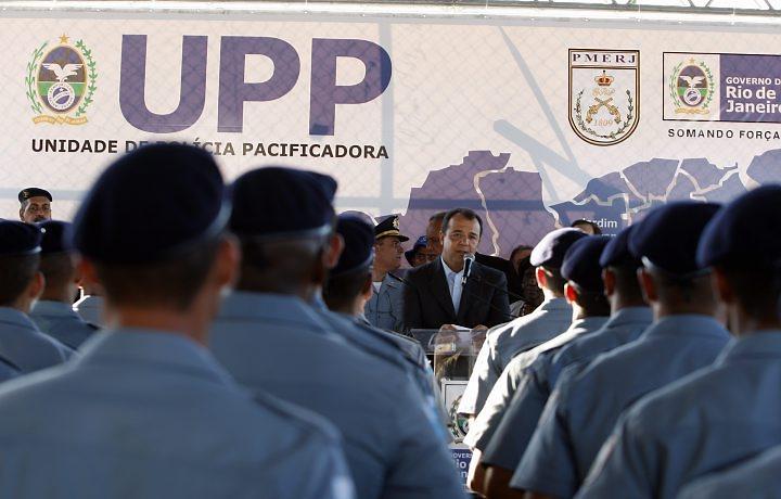 Governador Sérgio Cabral falando com policiais da recém-formados da UPP
