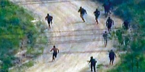 Globo TV image of drug traffickers fleeing the police occupation in Vila Cruzeiro and Alemão