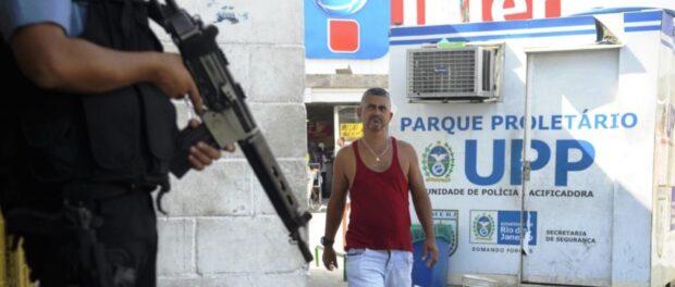 Armed police officer and resident of Parque Proletário, in the Complexo da Penha (Tânia Rêgo/Agência Brasil)