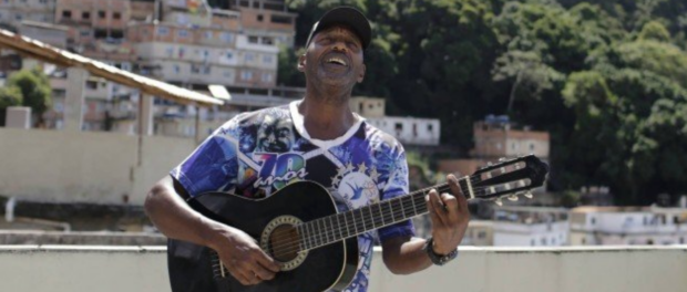 Carlos Augusto Jacob plays guitar on his rooftop on the Tabajaras hill. Photo: Gabriel de Paiva / Agência O Globo