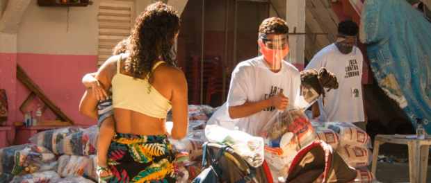 Social project Jacarezinho Against Coronavirus distributes basic foodstuffs to mothers that were affected by the pandemic. Photo by Gerente.