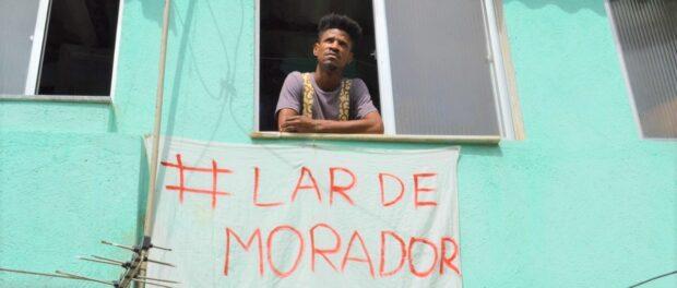 Alessandro Conceição, 'Lar de Morador' (House of a Resident) Banner in Complexo do Viradouro