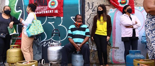 Solidarity action promoted by FUP and CMP-RJ offered R$40 cooking gas cylinders to 200 families living in occupations located in the Port Zone. Photo: Pablo Vergara / Brasil de Fato