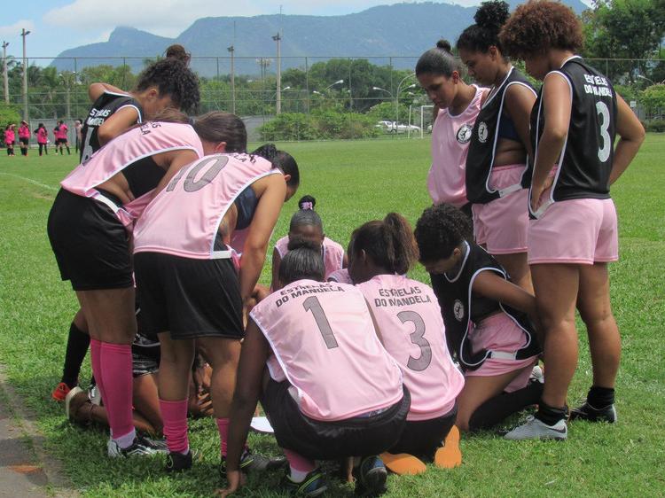 Players form Estralas do Mandela discuss plays